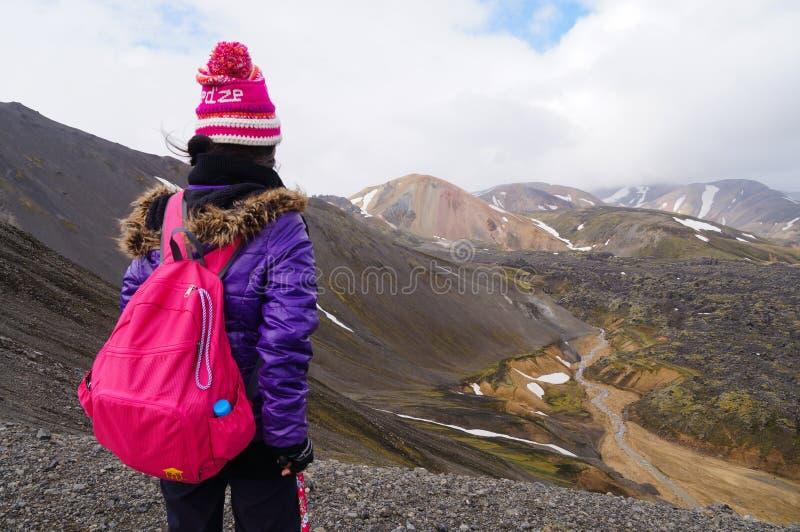 Nicht identifizierter Tourist, der die Schönheit von Landmannalaugar in IC schaut lizenzfreie stockfotografie
