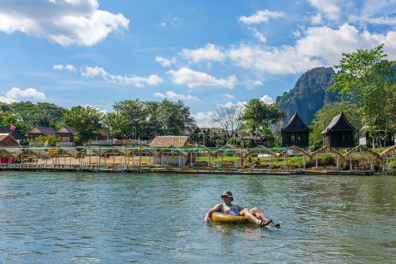 Nicht identifizierter Tourist genießen Schläuche im Lied-Fluss in Dorf Vang Viang, Laos stockbilder