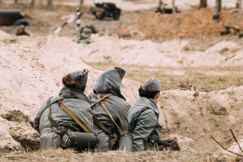 Nicht identifiziertes Frauen-wieder--enactors gekleidet als Deutscher Wehrmacht-Militär stockfoto