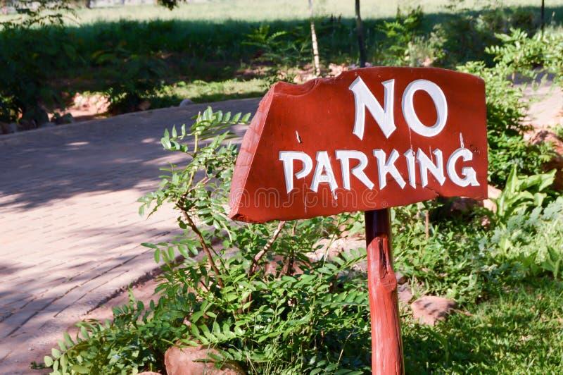 Nicht-Parken unterzeichnet herein weiße Briefe auf einem hölzernen lizenzfreie stockbilder