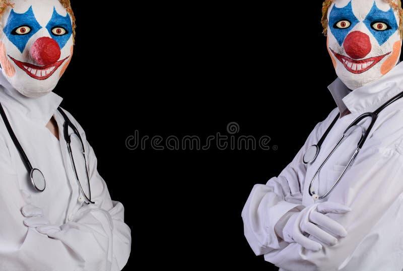 Nicht tun sorgfältiger Doktor in der Clownmaske auf einem schwarzen Hintergrund lizenzfreies stockfoto
