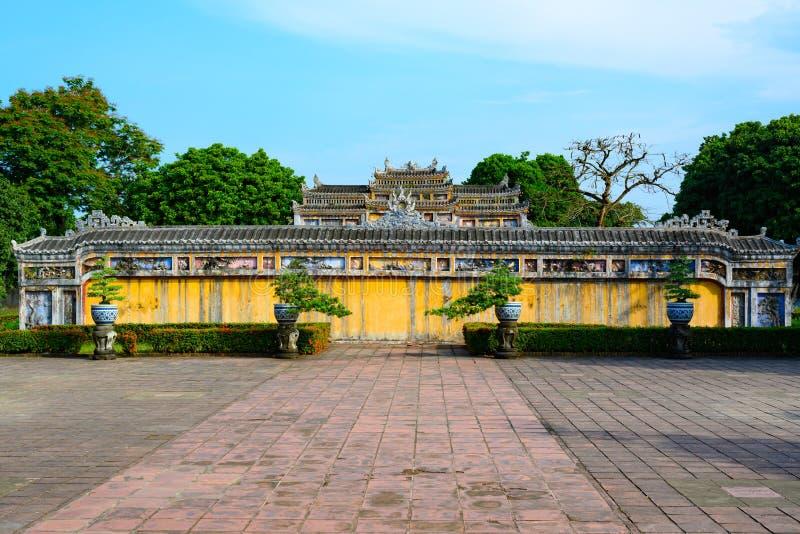 Nicht zurückerstattete alte Wand mit Spitze des Tors der Kaiserstadt-Farbe, Vietnam-Tor der Verbotenen Stadt der Farbe stockbild