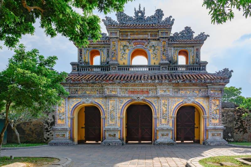 Nicht zurückerstattetes altes Tor der Kaiserstadt-Farbe, Vietnam-Tor der Verbotenen Stadt der Farbe stockfotos