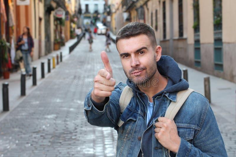 Nichtiger Mann mit den vielen Ego zeigend auf Kamera lizenzfreies stockfoto