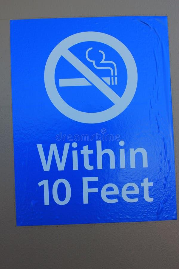 Nichtraucher innerhalb 10 Fußes Zeichen lizenzfreie stockfotos