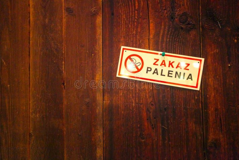 Nichtraucherzeichen auf einer hölzernen Wand stockfotos