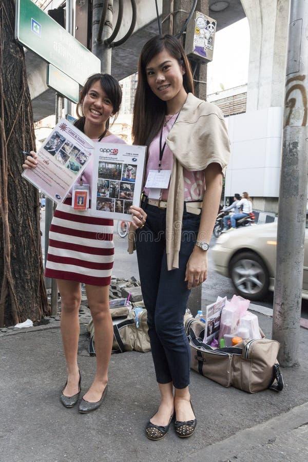 Nichtstaatliche Organisation erbietet sich in Bangkok freiwillig stockfotos