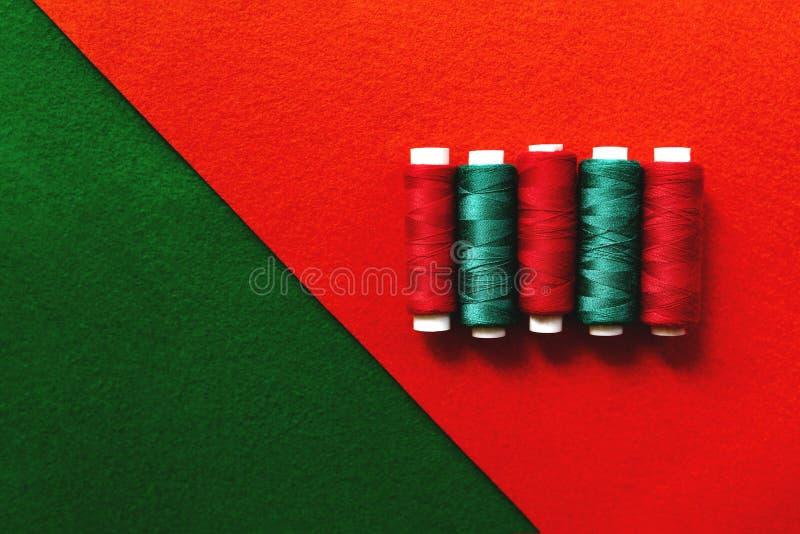 Nici na czerwieni i zieleni tle fotografia stock