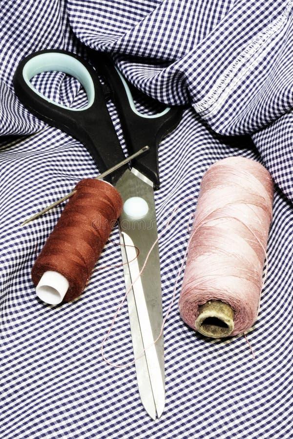 Niciana igła i nożyce na kawałku sprawa zdjęcia royalty free