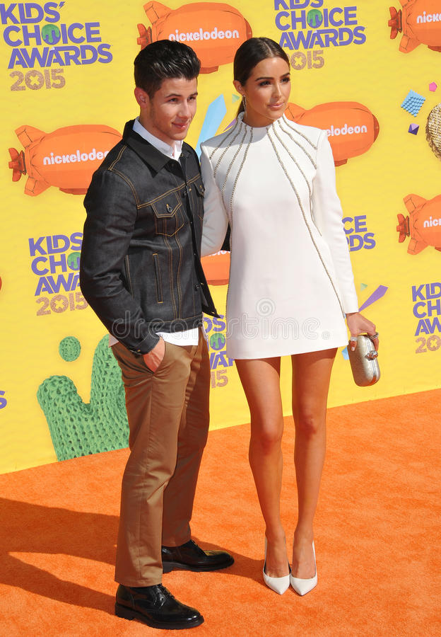 Nick Jonas & Olivia Culpo fotos de stock