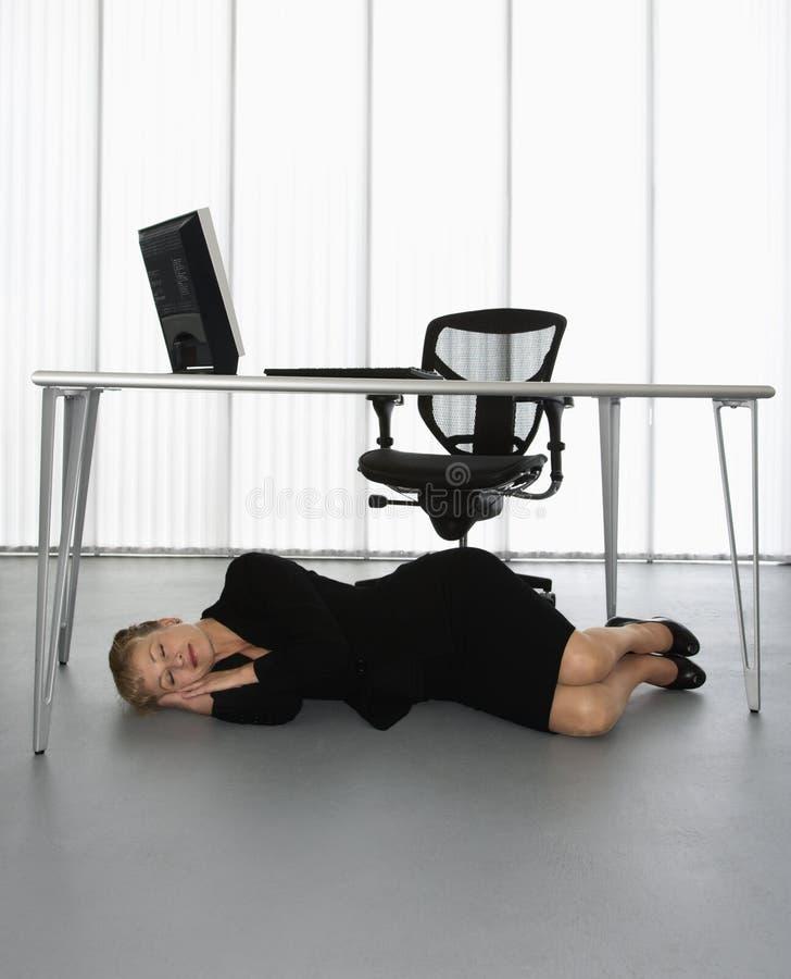 Nickerchen machende Geschäftsfrau. lizenzfreie stockfotos