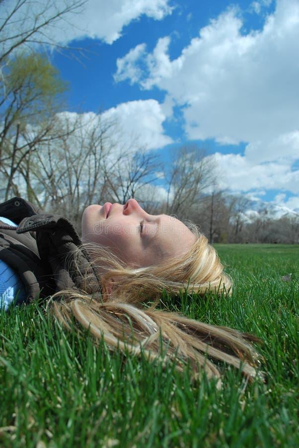 Download Nickerchen Machendes Frühjahr Stockfoto - Bild von lächeln, park: 9082562