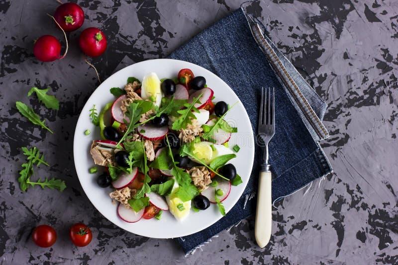 Nicoise sallad med tonfisk, ägget, körsbärsröda tomater och svarta oliv royaltyfria foton