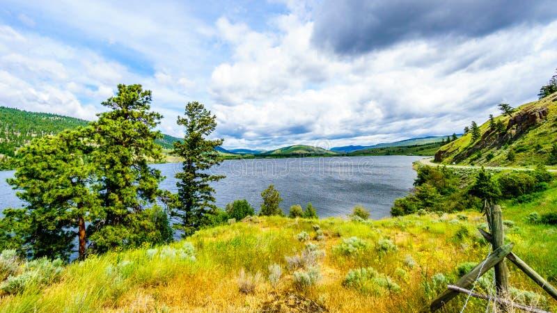 Nicola Lake und Nicola Valley unter bewölkten Himmeln stockbild