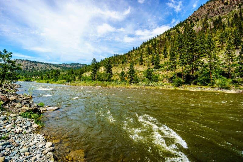 Nicola River, som det flödar till Fraser River längs huvudväg 8 från staden av Merritt till Fraser River arkivbilder