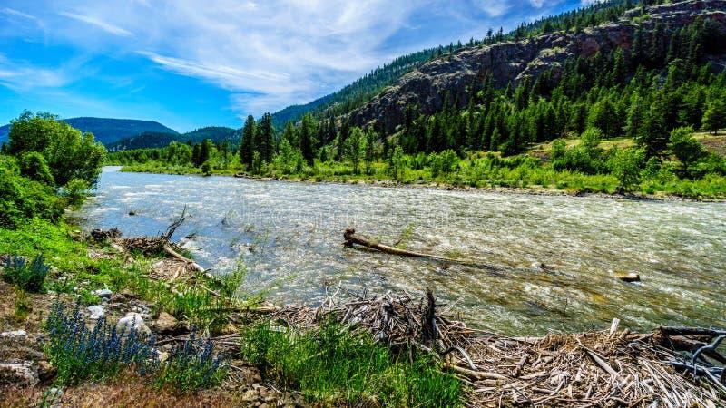 Nicola River, wie es zu Fraser River entlang Landstraße 8 von der Stadt von Merritt zu Fraser River fließt stockbilder