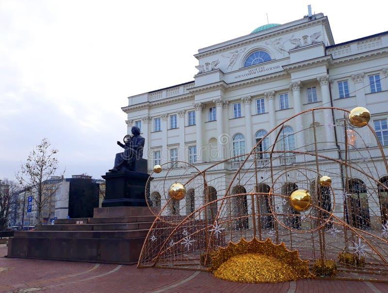 Nicolaus Copernicus Monument na frente do palácio de Staszic no tempo do Natal fotos de stock royalty free