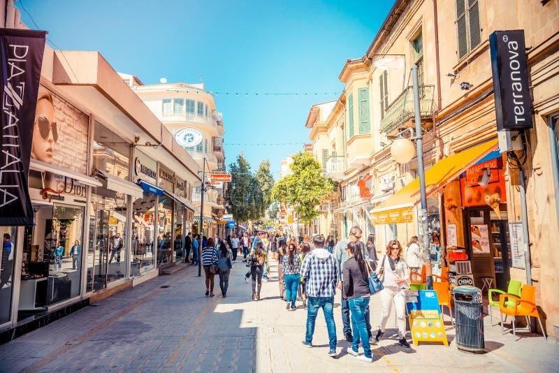 NICOSIA - APRIL 13: Folk som går på den Ledra gatan på April 13, arkivbild