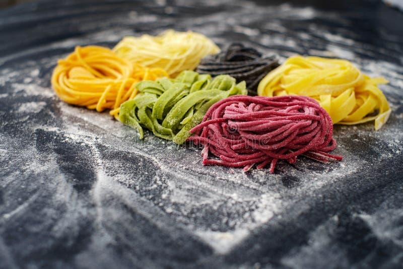 Nid cru coloré de pâtes fait maison photographie stock