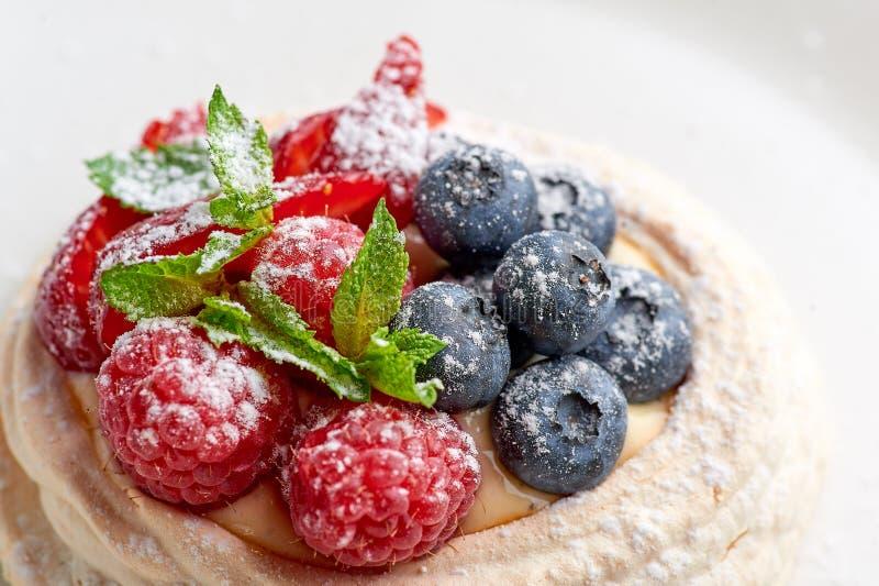Nid de meringue avec la myrtille et la framboise Dessert doux photographie stock libre de droits
