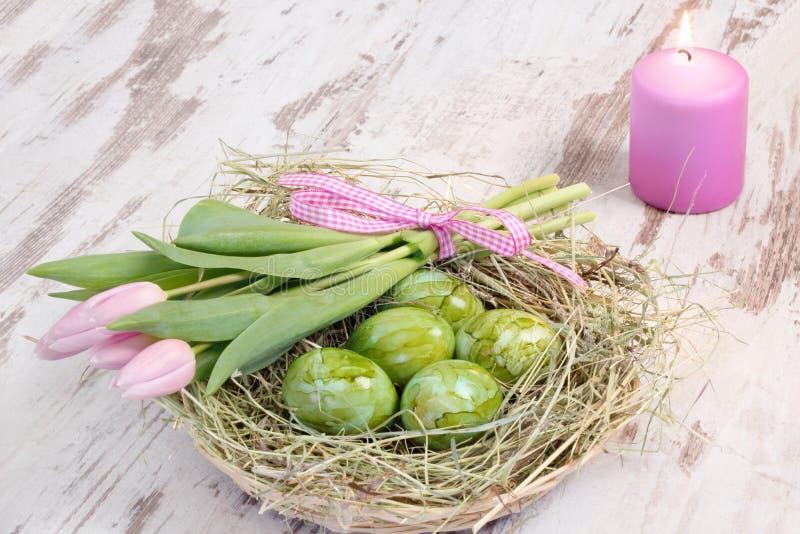 Nid de Pâques avec la bougie image stock