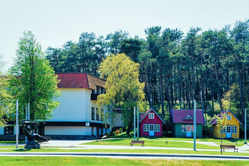 Nida, Литва - 10-ое мая 2016: Архитектура зданий в курортном городе Nida около Klaipeda в Neringa в Балтийском море и стоковые изображения