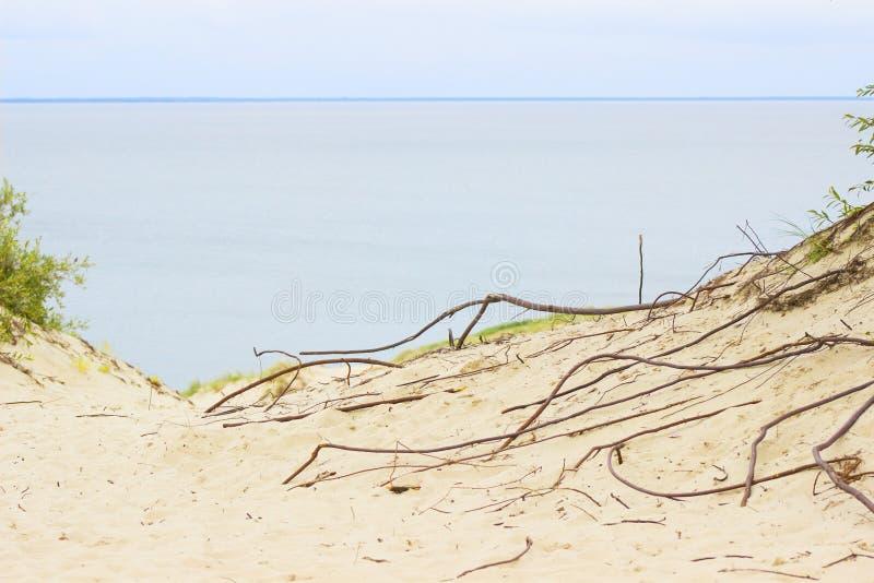 Nida - cuspe de Curonian e lagoa de Curonian, Nida, Klaipeda, Lituânia Porto de Nida Dunas Báltico Herança do UNESCO imagens de stock