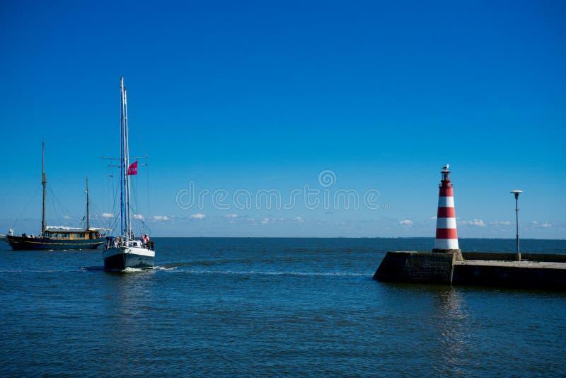 Nida Lighthouse est située dans Nida, Lithuanie sur la broche de Curonian entre la lagune de Curonian à l'est et photos stock