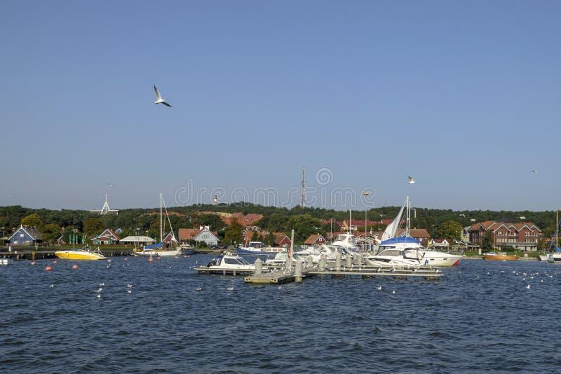 NIDA, LITUÂNIA - 23 de setembro de 2017 Manhã no porto do iate fotografia de stock royalty free