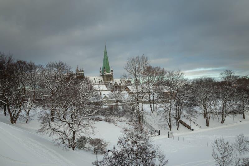 Nidarosdomenkathedraal in Trondheim Mooie wintertijd stock foto