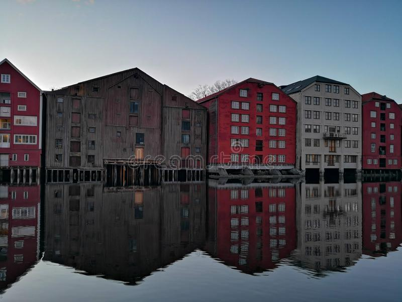 Nidelva河堤防的五颜六色的老房子在特隆赫姆,挪威 免版税图库摄影