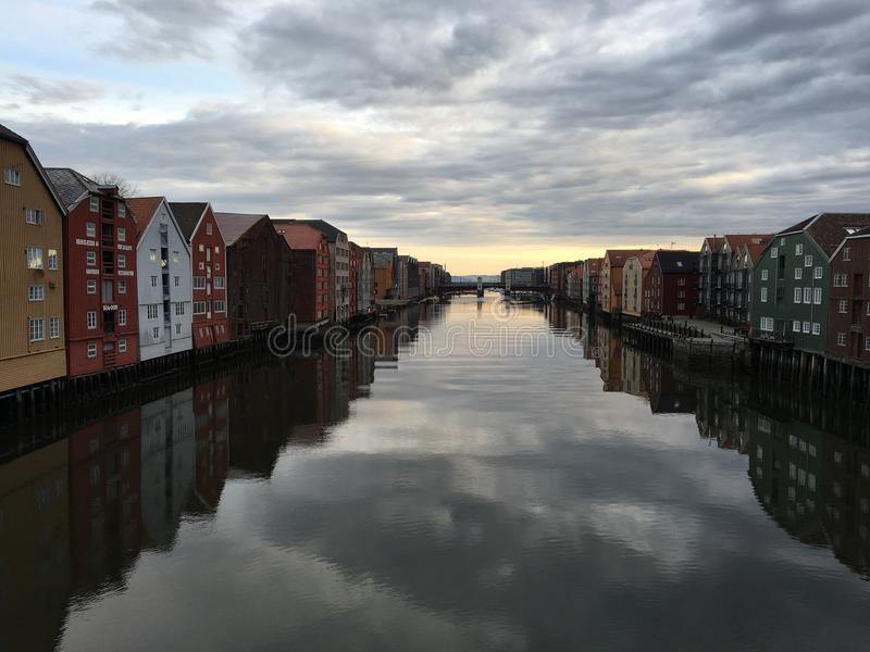 Nidelva flod, Trondheim, Norge arkivbilder