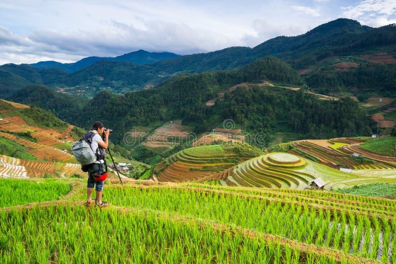 Nidentified-Fotograf, der eine Landschaftsphotographie auf dem Berg schießt MU Cang Chai stockfotos