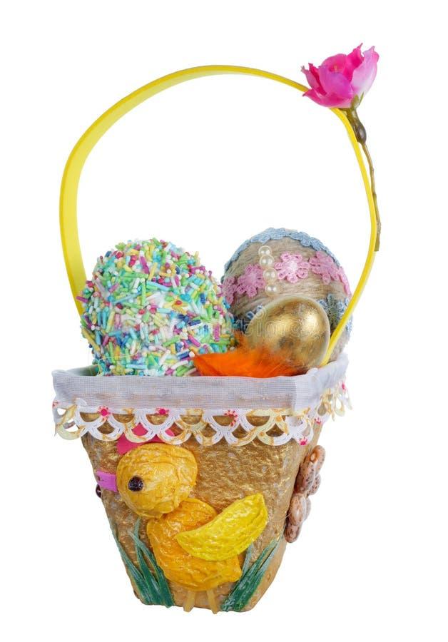 Nido casalingo di Pasqua da carta e da pasta con la quaglia chiken le uova isolate fotografia stock