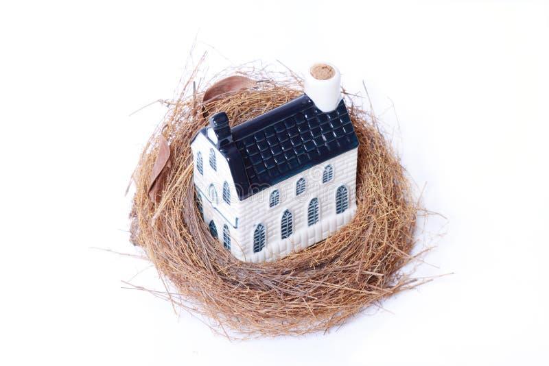 Nido dell'uccello e casa, economia del bene immobile fotografia stock