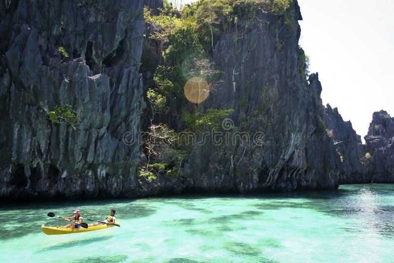 Nido l'explorant d'EL palawan en le kayak images stock