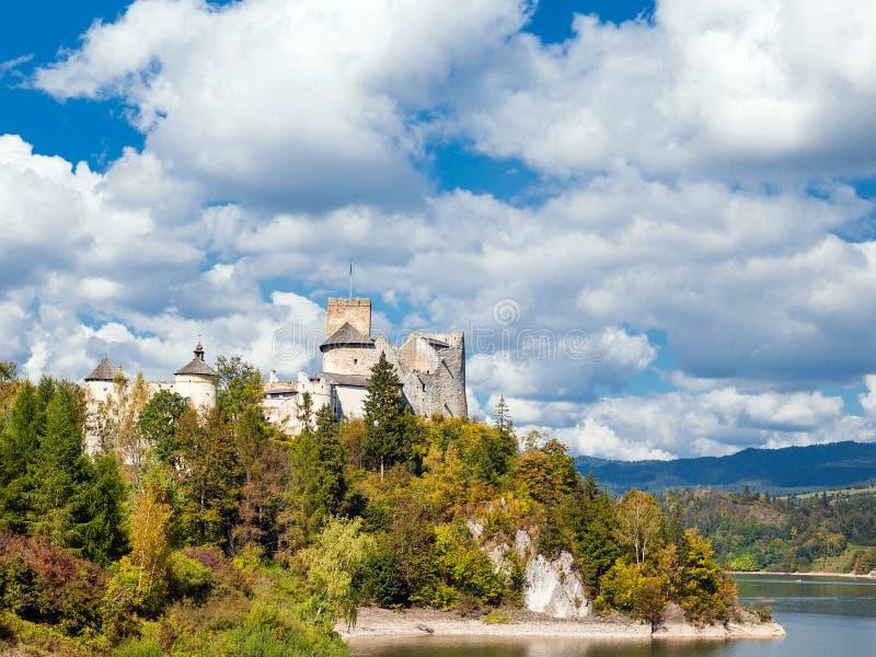 Nidzica gammal slott och sjö i Polen Gränsmärket besökte vid många turister arkivfoto