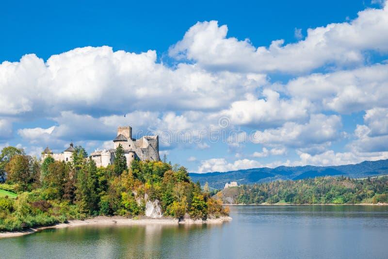 Nidzica gammal slott och sjö i Polen Gränsmärket besökte vid många turister royaltyfria bilder