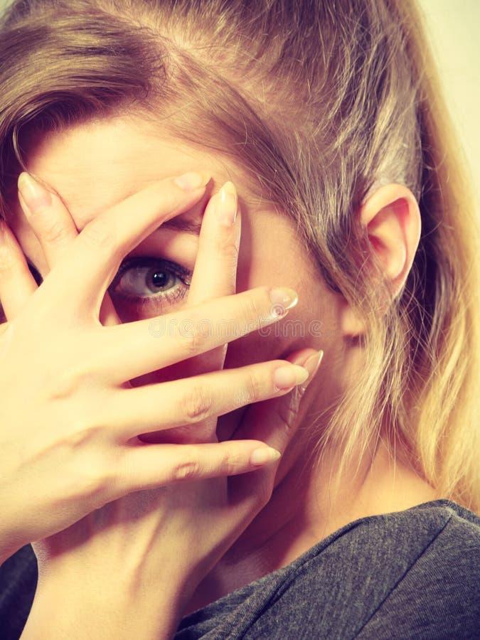 Nieśmiała dziewczyna chuje jej twarz fotografia royalty free