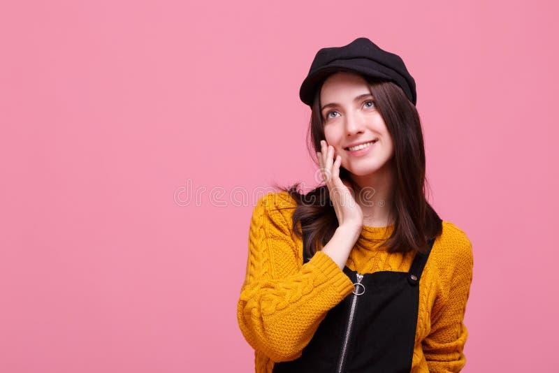 Nieśmiała dziewczyna w jesieni odziewa fotografia stock