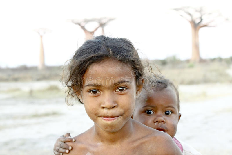 Nieśmiała i biedna afrykańska dziewczyna z niemowlakiem na ona z powrotem obrazy royalty free