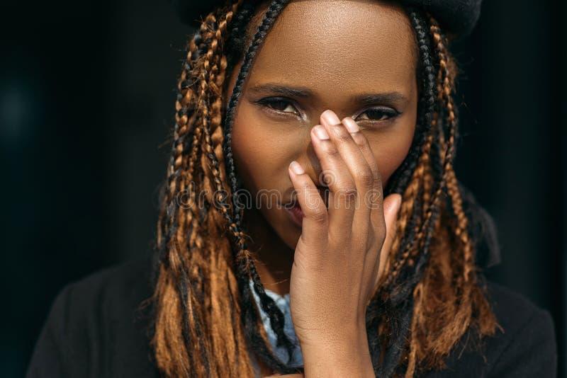 Nieśmiała młoda czarna kobieta dziewczyna zaaferowana fotografia stock