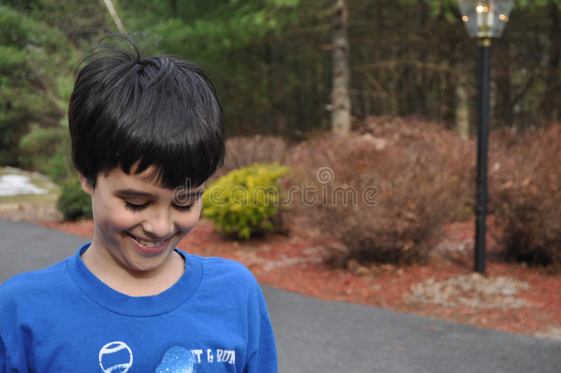 Nieśmiała uśmiechnięta chłopiec zdjęcie royalty free