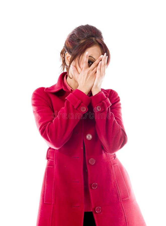 Download Nieśmiały Indiański Młodej Kobiety Zerkanie Przez Zakrywającej Twarzy Odizolowywającej Na Białym Tle Zdjęcie Stock - Obraz złożonej z osoba, ciekawość: 41950378