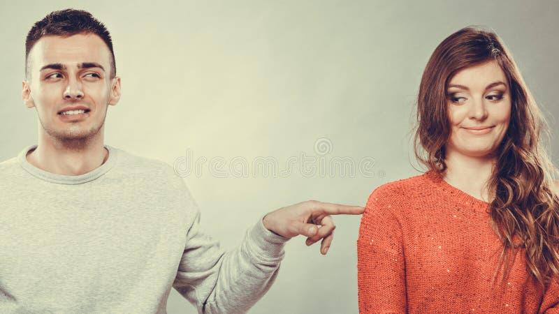 Nieśmiały kobiety i mężczyzna obsiadanie na kanapie Pierwszy data obrazy royalty free