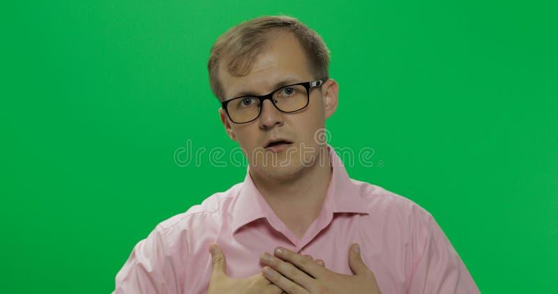 Nieśmiały młody człowiek próbuje płacić uwagę on w koszula zdjęcie stock