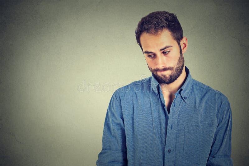 Nieśmiały młody przystojny mężczyzna czuje niezręcznego zdjęcia stock