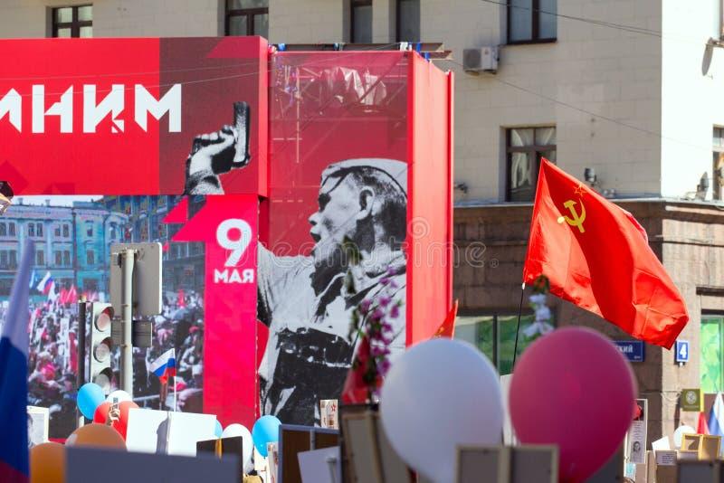 Nieśmiertelny pułk na Moskwa ulicie Tysiące marsz pamiętać wojny światowa 2 krewnych Świąteczne dekoracje na ulicie Moskwa obrazy royalty free