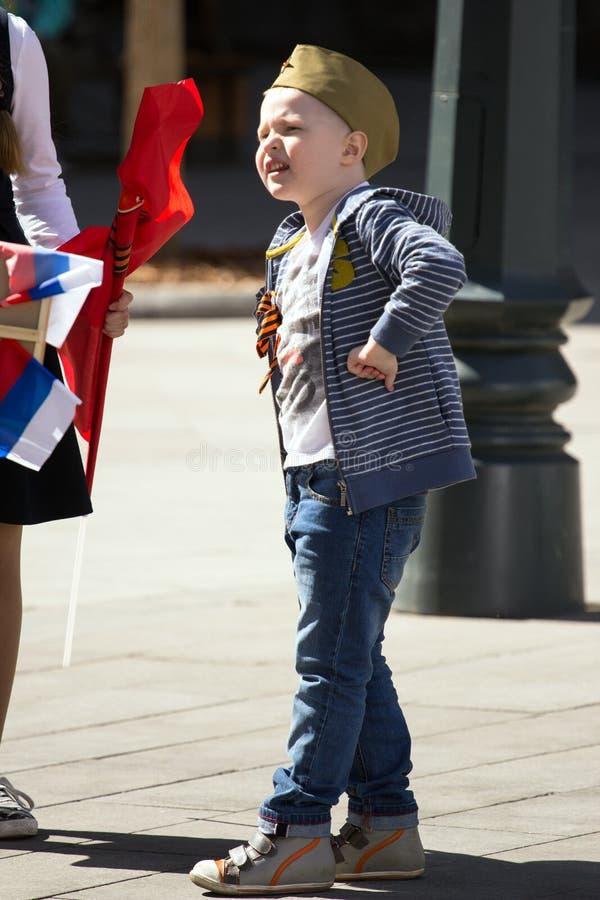 Nieśmiertelny pułk na Moskwa ulicie Tysiące marsz pamiętać wojny światowa 2 krewnych Chłopiec w wojskowym uniformu obraz royalty free