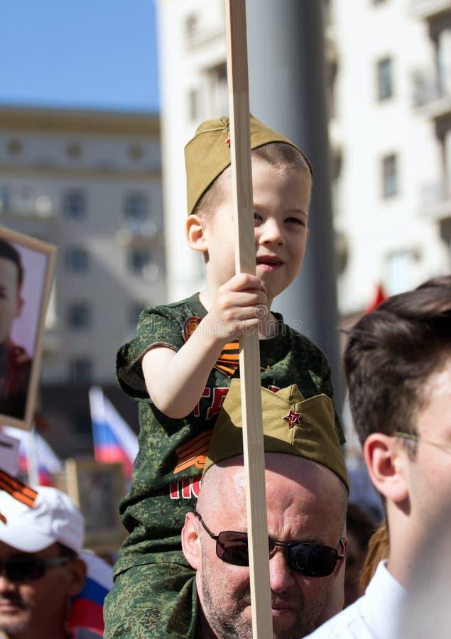 Nieśmiertelny pułk na Moskwa ulicie Tysiące marsz pamiętać wojny światowa 2 krewnych Chłopiec w wojskowym uniformu obraz stock